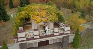 婚礼直升机视图  虽则走thw大公园的新郎和新娘包围由森林 影视素材