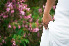 婚礼礼服和圆环在新娘庭院特写镜头的与Copyspac 库存图片