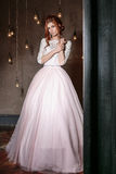 婚礼礼服和面纱的美丽的新娘妇女 年轻华美的新娘时尚画象  礼服片段顺序婚礼 免版税库存照片