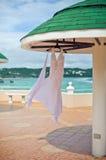 婚礼礼服在水池、海洋和山的背景的旅馆 免版税库存照片
