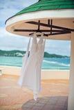 婚礼礼服在水池、海洋和山的背景的旅馆 图库摄影