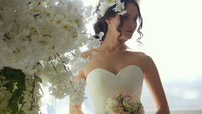婚礼礼服的可爱的妇女与美丽的新娘` s花束 股票录像