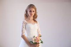 婚礼礼服的新娘与花花束  免版税库存图片