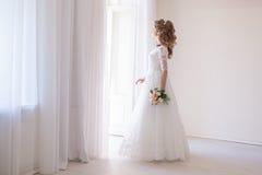 婚礼礼服的新娘与花花束  库存照片