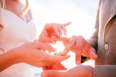 婚礼礼服的新娘在海滩日落 库存照片