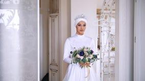 婚礼礼服的美丽的回教新娘与新娘头饰在演播室 影视素材