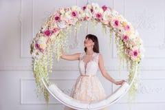 婚礼礼服的美丽的新娘在内部 库存照片
