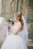 婚礼礼服的美丽的新娘在她的婚礼之日 库存图片