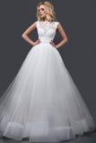婚礼礼服的美丽的白肤金发的妇女与晚上构成、嫩嘴唇和卷毛 新娘图象 秀丽表面 库存图片