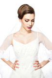 婚礼礼服的谨慎地困窘的新娘和面纱。 库存照片