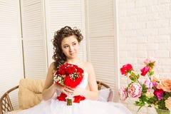 婚礼礼服的,演播室射击年轻新娘 库存照片