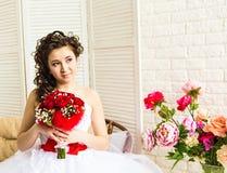 婚礼礼服的,演播室射击年轻新娘 库存图片