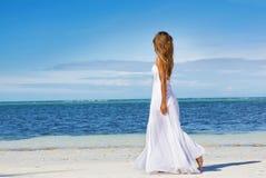 婚礼礼服的年轻美丽的妇女在热带海滩 库存照片