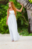 婚礼礼服的年轻美丽的妇女在自然backgro 免版税库存照片