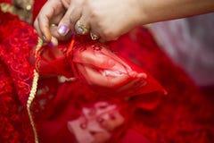 婚礼礼服,婚戒,婚礼花束 免版税库存照片
