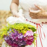 婚礼礼服,婚戒,婚礼花束 库存照片