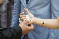婚礼礼服,婚戒,婚礼花束 免版税库存图片
