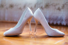 婚礼穿上鞋子婚戒 库存图片