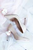 婚礼穿上鞋子新娘早晨 库存图片