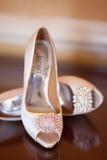 婚礼穿上鞋子高跟鞋 图库摄影