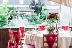 婚礼罚款用餐的桌集合或在红颜色的另一个承办宴席的事件 免版税图库摄影