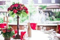 婚礼罚款用餐的桌集合或在红颜色的另一个承办宴席的事件 免版税库存照片