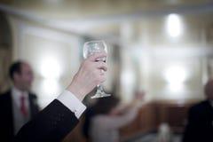 婚礼聚会和杯的人红葡萄酒 库存图片