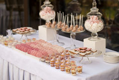 婚礼聚会的点心桌 图库摄影