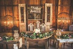 婚礼聚会表在谷仓 免版税库存照片