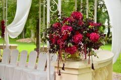 婚礼聚会设置户外花花束 免版税库存图片