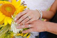 婚礼花和手 免版税库存照片