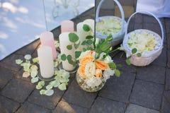 婚礼花和蜡烛装饰 库存照片