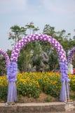婚礼花曲拱在世界花庭院里  库存图片
