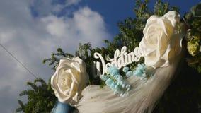婚礼花曲拱装饰 用花装饰的婚礼曲拱 股票录像