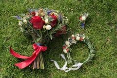 婚礼花束、花圈和钮扣眼上插的花在gra背景  库存照片