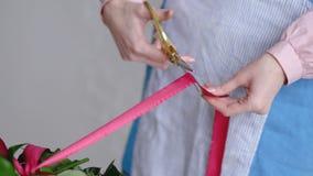 婚礼花束专业卖花人切口丝带在车间,花店的 关闭射击 免版税库存图片