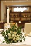 婚礼花束和一个蜡烛在招待会 免版税库存照片