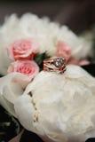 婚礼花束和圆环集合细节 免版税库存图片