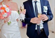 婚礼花束和玻璃 库存照片