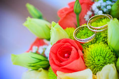 婚礼花束和金戒指 免版税图库摄影