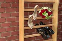 婚礼花束和鞋子 库存照片