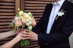 婚礼花束在婚姻夫妇手上 库存照片
