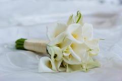 婚礼花束在床上躺 新娘的早晨 风景 库存图片