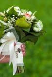 婚礼花束在手上。题字爱 免版税库存图片