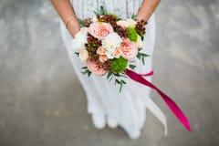 婚礼花束在手上 免版税图库摄影