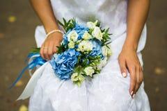 婚礼花束在手上 免版税库存照片