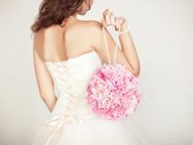婚礼花束在新娘的手上 免版税库存照片