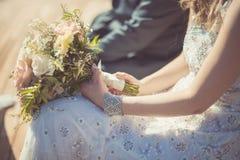 婚礼花束在新娘` s手上上升了 库存照片