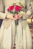 婚礼花束在新娘` s手上 库存图片