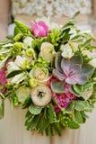 婚礼花束在新娘` s手,多汁植物上 免版税图库摄影